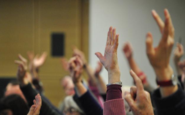 voto-manos-hands-up-blurry
